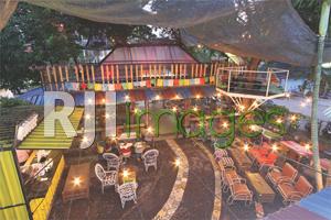Area outdoor dengan furnitur vintage bernuansa alami