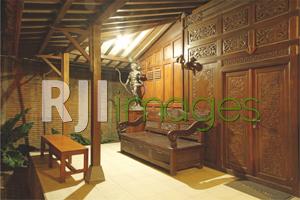 Area teras rumah dengan furnitur kayu klasik