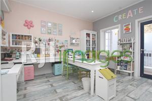 Craft Room menjadi area kerja dengan dekorasi cantik