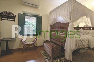 Kamar tipe VIP dengan ranjang lawas khas Jawa kuno