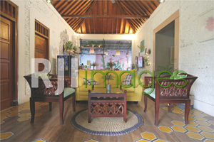 Living room dengan nuansa putih dan sentuhan warna-warna pastel