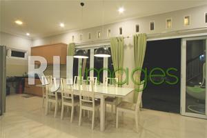 Meja makan menjadi satu dengan area dapur minimalis