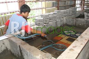 Proses pematangan ubin dengan cara direndam