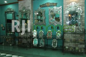 Ragam model Venetian mirror