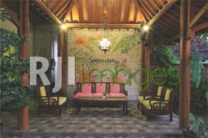 Teras depan dengan bangunan Jawa bergaya kekinian