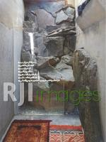 Aplikasi kombinasi batu dan beton ekspos  pada bangunan modern