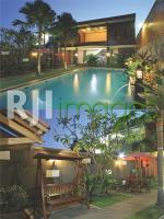 kolam renang belakang rumah dan backyard area