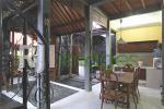 Area ruang makan dan dapur semi outdoor