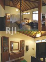Kamar tidur utama Rima Balestra dan Aksen kayu dalam kamar mandi utama