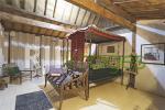 Kamar tidur utama dengan ranjang kuno