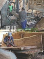 Proses pemotongan kayu sesuai ukuran dan Perataan permukaan papan kayu