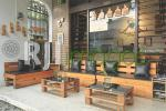 Teras depan dengan sofa set kayu minimalis