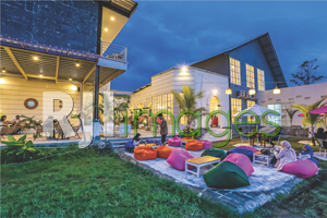 Area outdoor kafe bernuansa santai dengan fasilitas bean bag