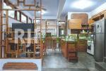 Area dapur & ruang makan dengan furnitur kayu bernuansa klasik