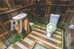 Bathroom bergaya natural dengan fasilitas modern