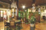 Nuansa klasik ruang makan dengan pernak-pernik antik