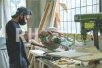 Proses pemotongan kayu sesuai pola