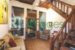 Ruang tamu dalam dengan dominasi unsur kayu