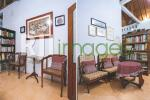 Ruang tamu dengan dekorasi simpel
